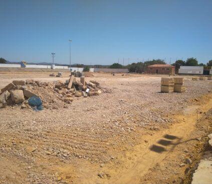 Instalación de césped artificial en el campo de fútbol de Solana de los barros.